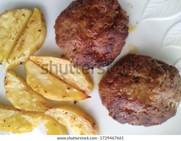 close-burgers-baked-potatoes-600w-172946