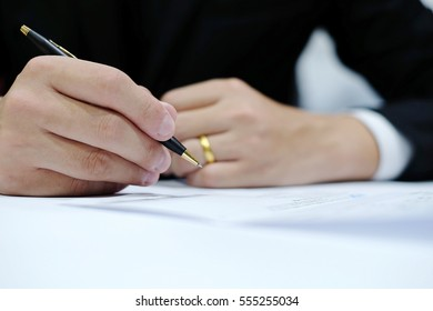 Close up Businessman  signing a contract focus on hand and pen with blurred background