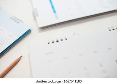 Nahaufnahme des Kalenders auf weißem Tisch im Planungskonzept.