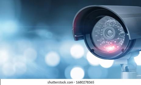 Nahaufnahme der CCTV-Kamera auf dezent fokussiertem Hintergrund mit Kopienraum