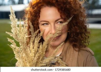 Eng anziehende Dame mit einem leicht abschimmernden Bouquet und einem leichten Archivfoto