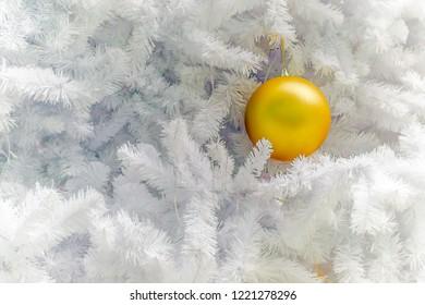 close up of christmas decoration tree with yellow decoration, decorazioni natalizie albero di natale bianco con palle d'oro