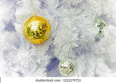close up of christmas decoration tree with yellow decoration, decorazioni natalizie albero di natale bianco con palle d'oro e d'argento