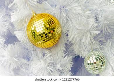 close up of christmas decoration tree with yellow decoration, decorazioni natalizie albero di natale bianco con palle gialle