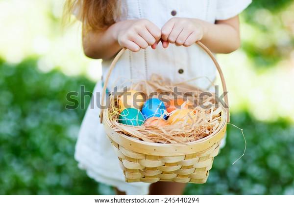 Nahaufnahme von bunten Ostereiern in einem Korb