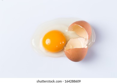 Close up of cracked egg