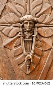 Détail de gros plan d'une belle porte en bois et d'une porte en métal décorée de style art déco