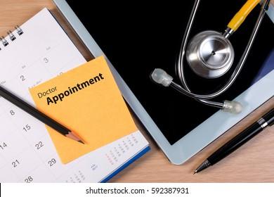 Cierre de la cita con el médico, libro de estetoscopio y pluma en el calendario. Reserva un plan de recordatorio para cita con el médico.