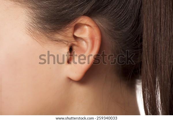女性の耳の接写