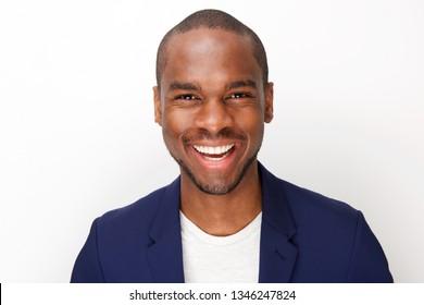 Portrait d'avant en gros plan d'un bel homme noir souriant sur fond blanc isolé