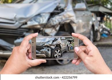 Nahaufnahme der Hand von Frau, die Smartphone hält, und Foto von Autounfall machen