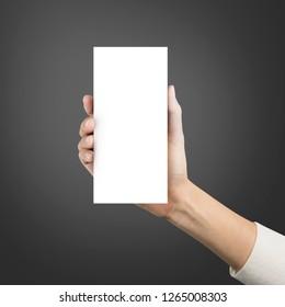 Lukk opp hendene holder papir blank brosjyre a4 tre mal på en grå bakgrunn.