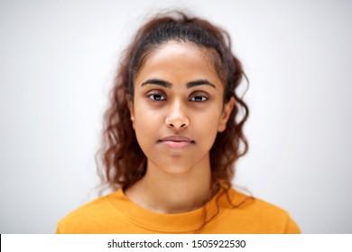 Cierre del retrato horizontal de atractiva joven india con expresión seria en la cara