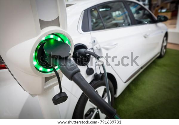 Image en gros plan de la prise d'alimentation d'une voiture électrique en charge.