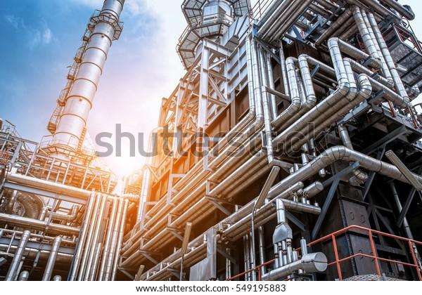 Nahaufnahme Industrielle Sicht auf Ölraffinerie bildet Industriezone mit Sonnenaufgang und bewölktem Himmel