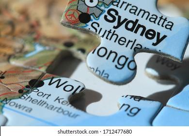 Gros plan sur un morceau de scie montrant la ville de Sydney sur le point d'être située dans la scie d'Australie en dessous qui est en douceur