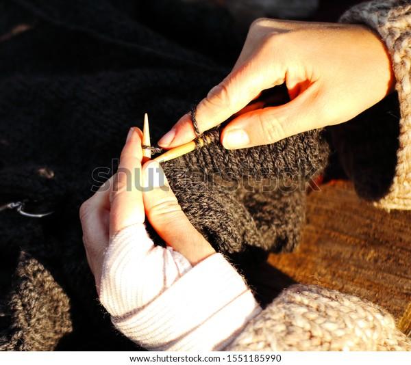 close-knitting-wooden-bamboo-needles-600