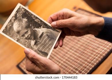 关闭从一个男性的手与旧照片