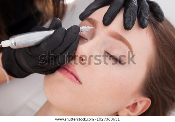 Nahaufnahme eines Kosmetikers, der ständig Augenbrauen zusammenstellt. Schönheitsbehandlung.