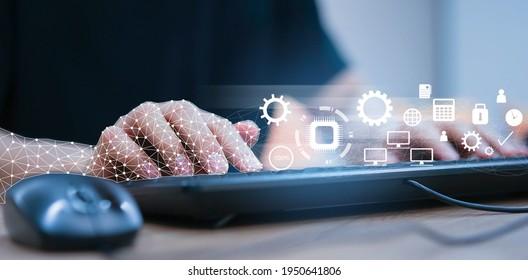 Nahaufnahme mit Roboter (ai), die am Laptop arbeiten, um die richtigen Daten mithilfe des RPA-Funktionssoftware-Programms zu überprüfen, um die Erkennung und Synchronisierung mit dem System für zukünftige Technologien des Geschäftskonzepts zu ermöglichen