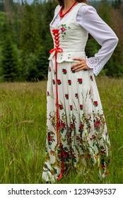close up on the traditions of highlander clothing, female version