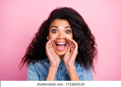 Close up photo of crazy amazed afro american girl hear unbelievable information share sales discounts novelty scream wear denim jeans shirt isolated over pink color background