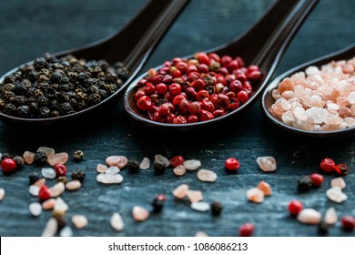 Close up pink himalayan salt and peppers in spoons