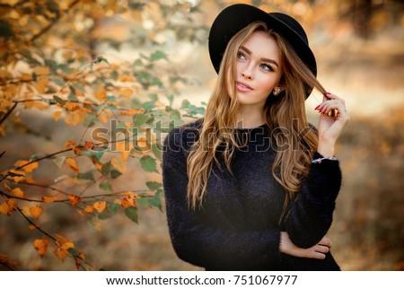 photo de stock de close portrait beautiful girl dark dress (modifier