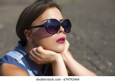 Close Up Portrait of Happy Fashion Woman in Sunglasses. Smiling Trendy Girl in Summer.