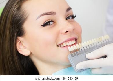 Close up retrato de Moças em cadeira de dentista, Verifique e selecione a cor dos dentes. Dentista faz o processo de tratamento no consultório de clínica odontal.Dentista