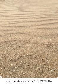 Fermez le sable sur une plage tropicale par temps chaud.