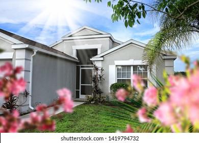 Nahaufnahme eines Familienhauses von außen über den Himmel in Florida