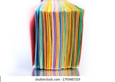 Nahaufnahme eines Stapels von farbigen Papieren
