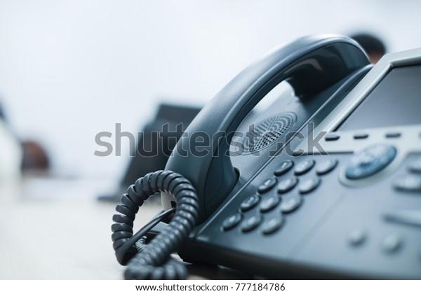 Nahaufnahme von Soft-Fokus auf Telefonanlagen am Büroschreibtisch mit Lichteffekt,Kommunikationskonzept