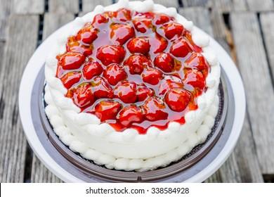close up strawberries cake and vanilla cream