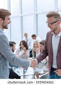 Nahaufnahme. Geschäftsleute treffen sich mit Händeschütteln