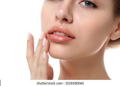 Nahaufnahme einer jungen schönen kaukasischen Frau, Gesicht einzeln auf weißem Hintergrund. Konzept der Lippenkonservierung, SPA-Therapie, Hautpflege, Kosmetologie und plastischen Chirurgie