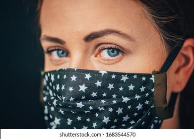 Retrato de mujer en el cierre, Mujer joven con mascarilla médica de cara higiénica hecha en casa para prevenir la infección, enfermedad o gripe y 2019-nCoV. Fondo negro. Protección contra la enfermedad, el coronavirus.
