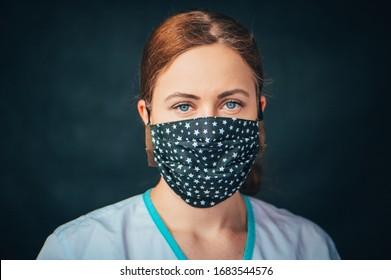 Nahaufnahme Portrait, junge Frau im Haus machte hygienische Gesichtsmaske, um Infektionen, Krankheiten oder Grippe zu verhindern, und 2019-nCoV.Schwarzer Hintergrund. Schutz gegen Krankheiten, Coronavirus.