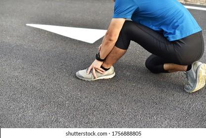 Gros plan sur un jeune homme sportif qui a mal ou blessé à l'articulation de la cheville, au cours d'une formation ou d'un exercice