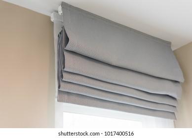 geschlossener, schöner grauer Vorhang im gemütlichen Wohnzimmer, Design-Konzept der Inneneinrichtung