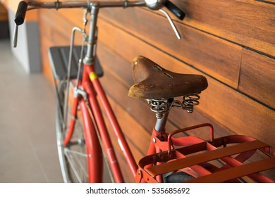 32a0036b70c5 Closed up of brown worn leather saddle or seat for vintage bicycle  background