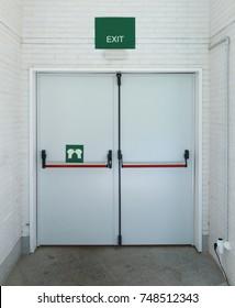 Closed emergency exit door, for quick evacuation