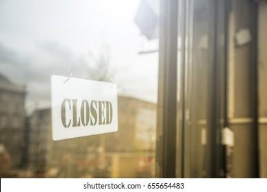 Geschlossenes Schild in der Ladentür für den Kunden wissen, dass wir morgen wieder zurück.