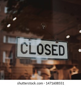 a Closed Signage photo in a door