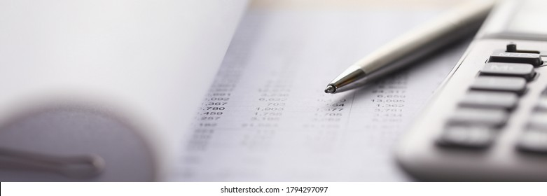 Nahaufnahme von Rechnungsführungsinstrumenten, die auf der Rechnung liegen. Mitarbeiter, die spezielle Geräte verwenden. Saldo des Rechnungsführers monatlich. Finanz- und Geschäftskonzept