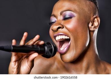 Nahaufnahme einer afroamerikanischen Frau, die singt