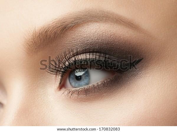 Zbliżenie pięknej kobiety oko z makijażem, eyeliner