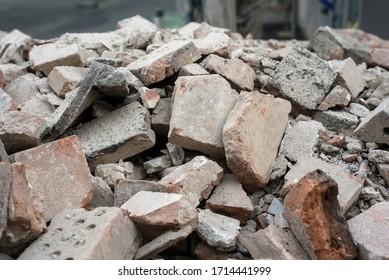 Nahaufnahme von beschädigten Ziegelsteinen auf dem Abbruchgelände