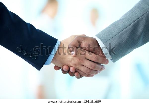 Nahaufnahme von Geschäftsleuten, die Hand schütteln, um ihre Partnerschaft zu bestätigen